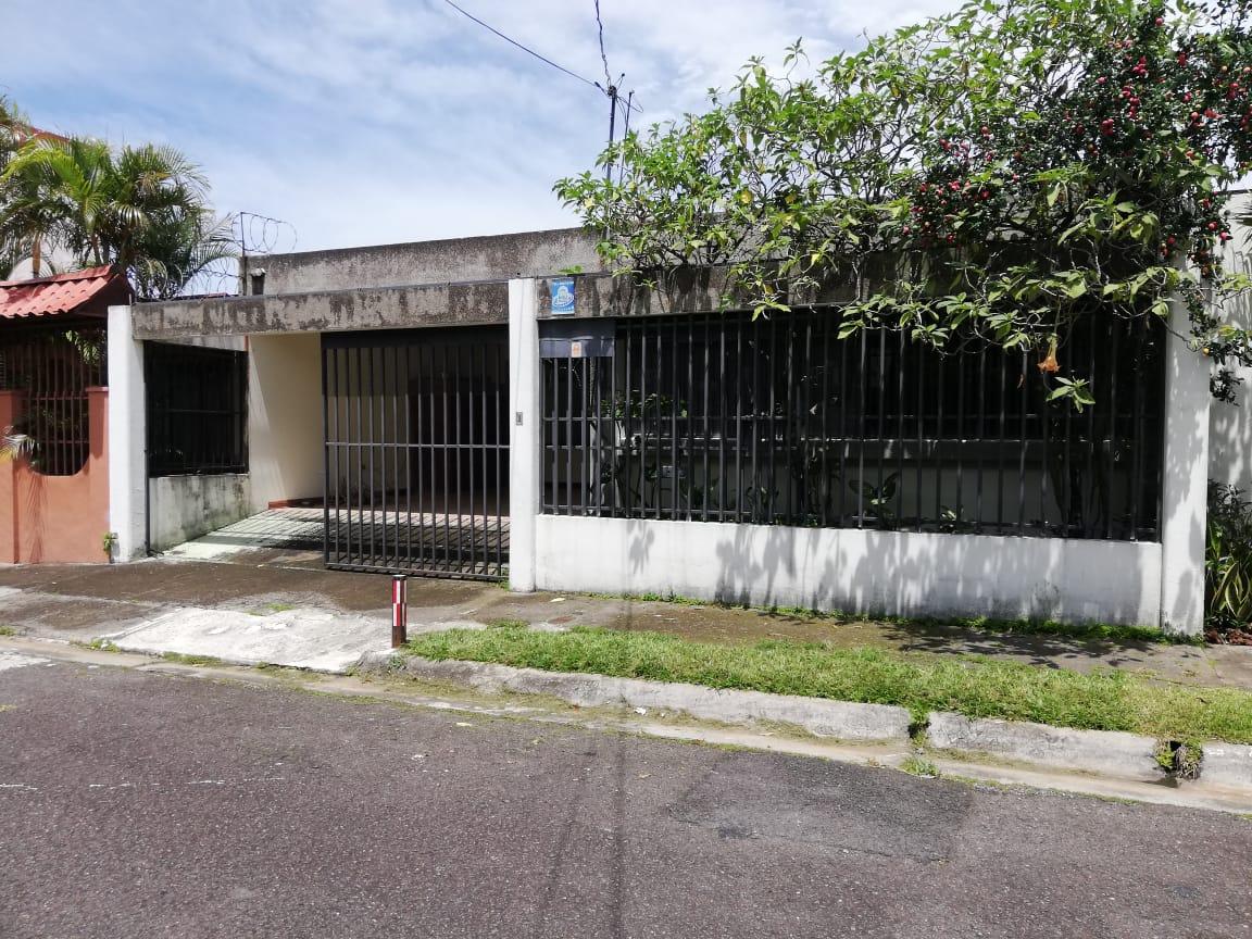 #2068 VENDO LINDA CASA DE UNA PLANTA EN ROHRMOSER