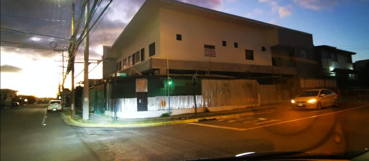 2204 Alquilo Local comercial de 400m2 en Sabana Oeste Sobre Calle Principal con 12 Parqueos.