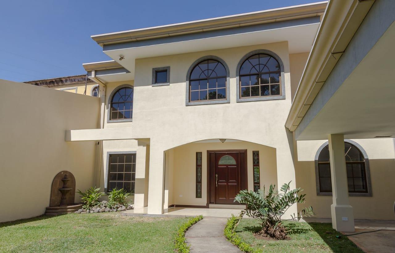 # 2106¡Precio Rebajado! Hermosa casa en Los Laureles