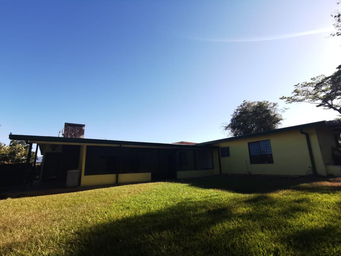 #2206 Alquilo casa de una planta uso mixto en Escazú
