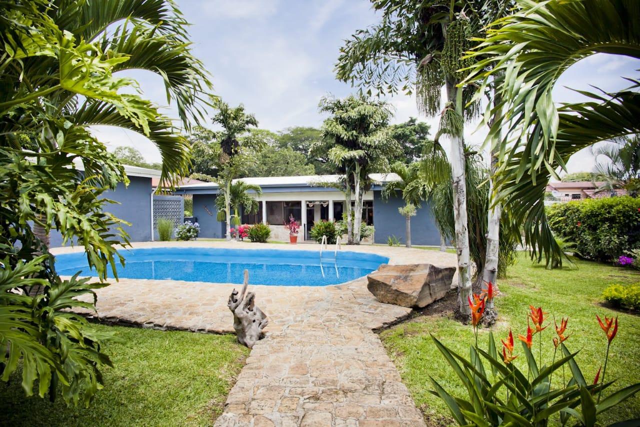 #2175 Propiedad con 2 casas, 1 apartamento, piscina, rancho y parqueo para 6 carros. OPORTUNIDAD