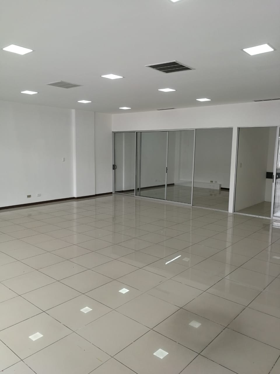 2119 Excellent exhibition, first floor, Sabana Norte