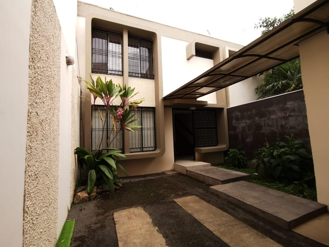 2256 Se alquila casa en Sabana Sur