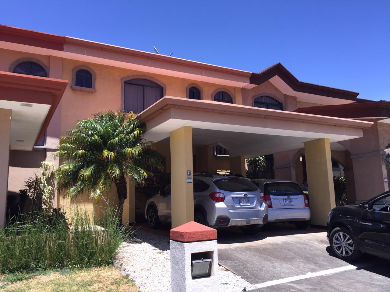 2360 ¡Casa Amplia en exclusivo Residencial Pozos de Santa Ana!