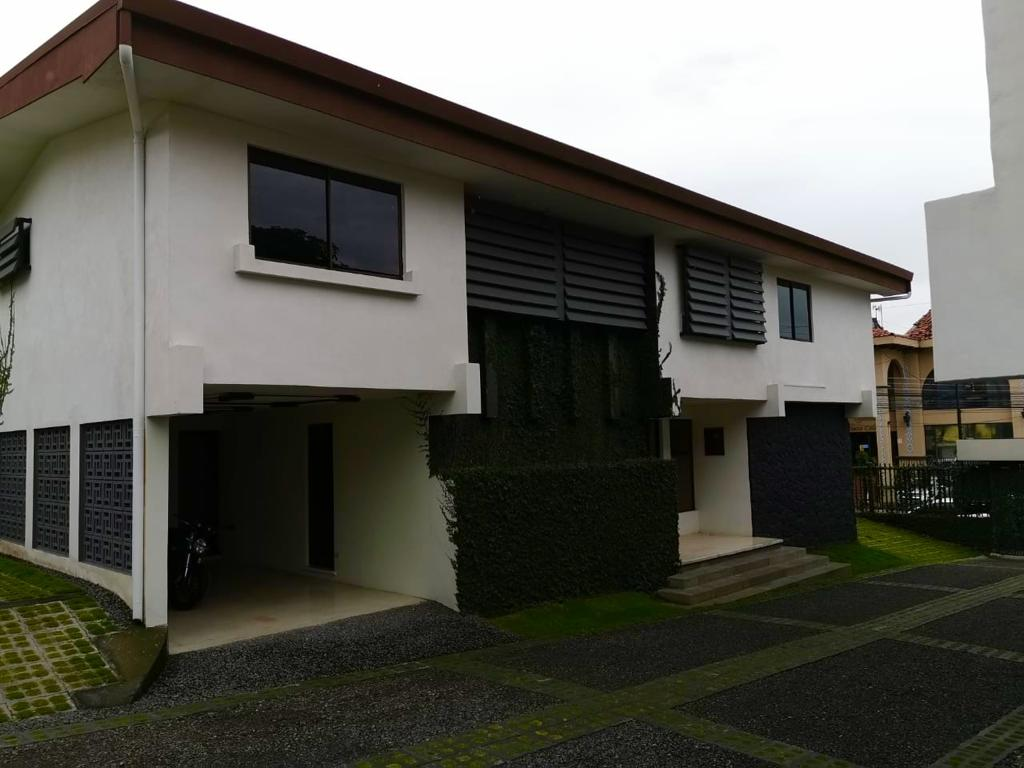 2304 Se alquila casa  San Rafael de Escazú 250 m2 de construcción  Recién re modelada.