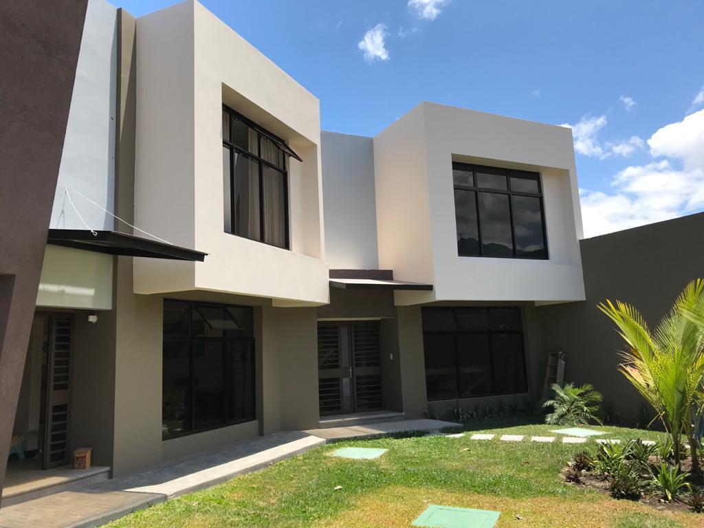 2308 Casa en condominio para estrenar en Escazú