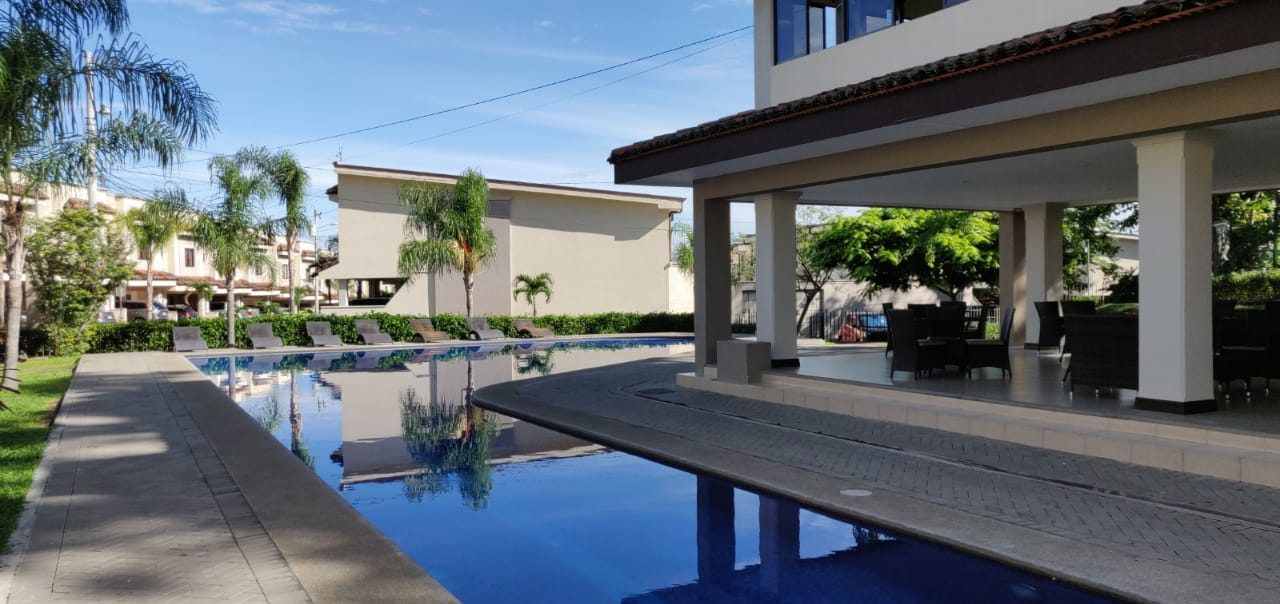 2433 Casa en condominio en Santa Ana