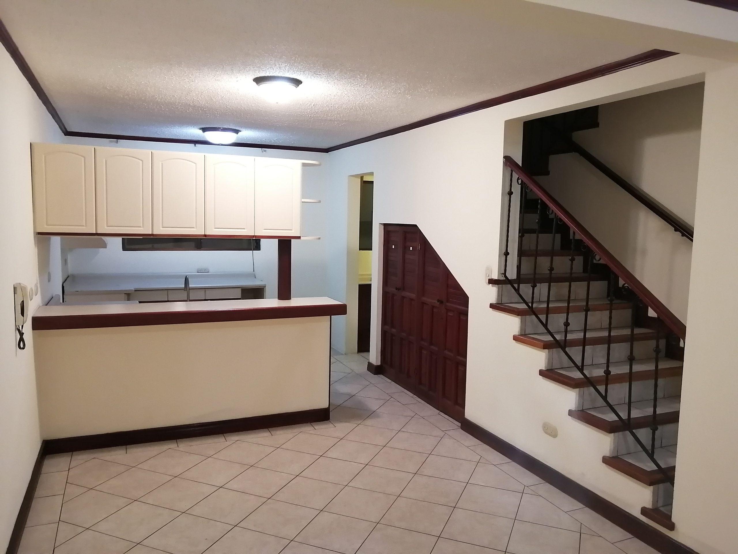 2395 Se Alquila casa en Condominio cerca del Hospital México