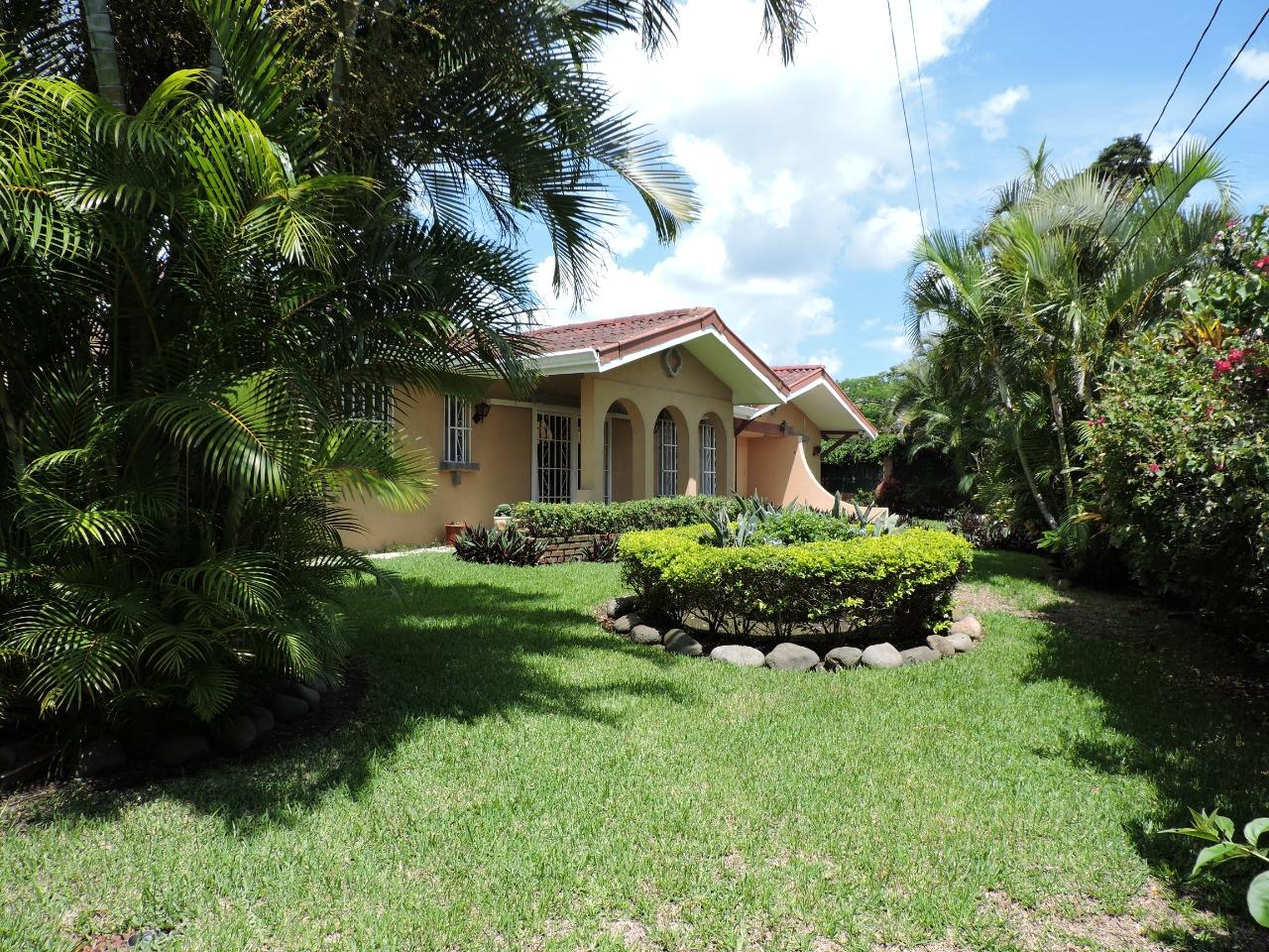 2424 Se Vende casa en Los Laureles una planta.