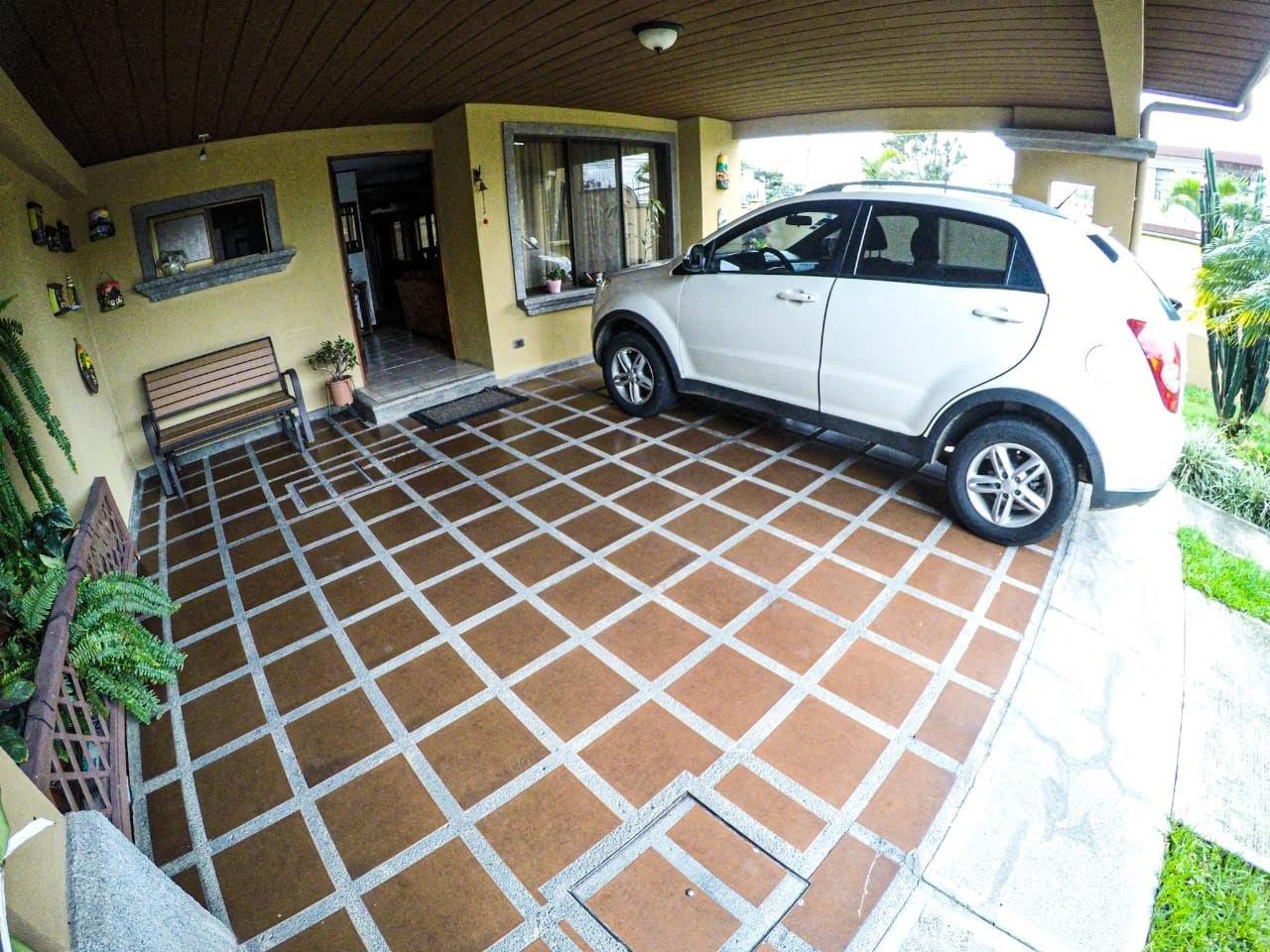 2454 Se vende casa en Tibas en condominio.