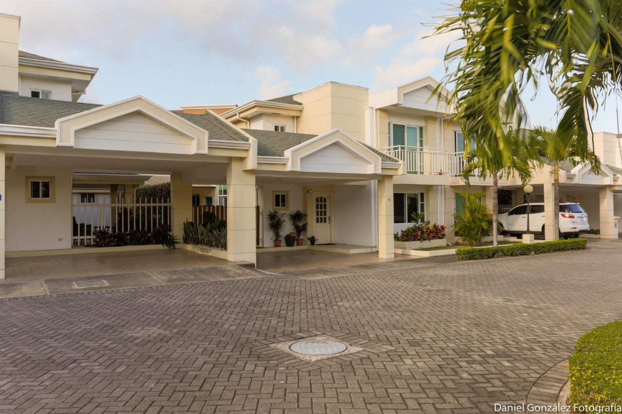 2476 Se Vende Linda casa cerca del Multiplaza de Escazu/ En condominio