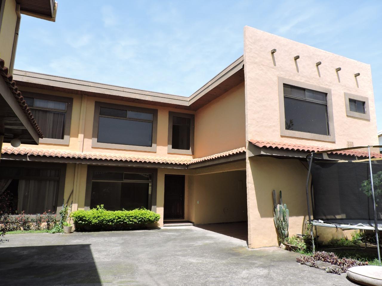 2500 ¡Oportunidad!    Se vende casa en Trejos Montealegre.