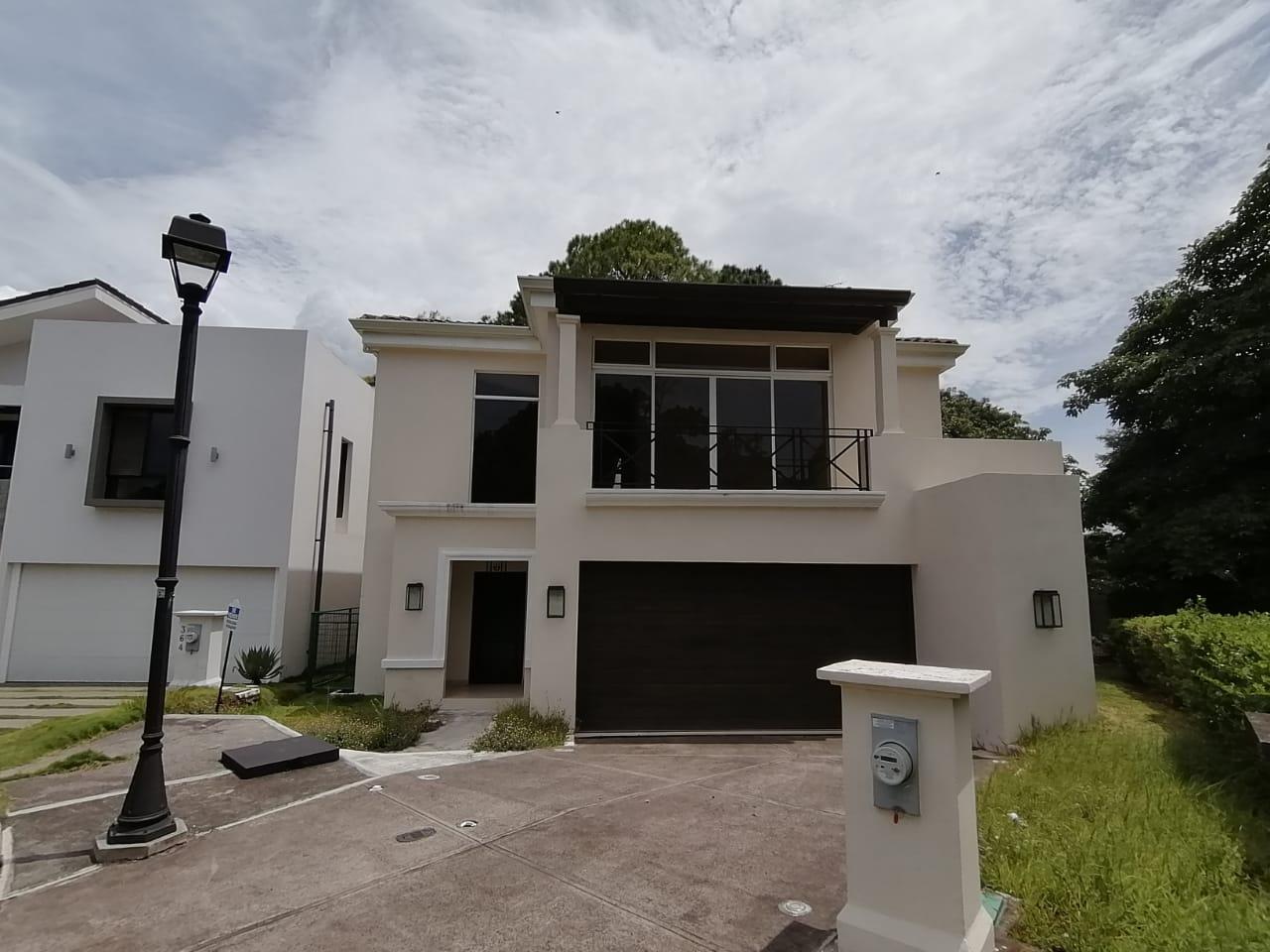 2502 Se vende casa dentro de condominio en Heredia