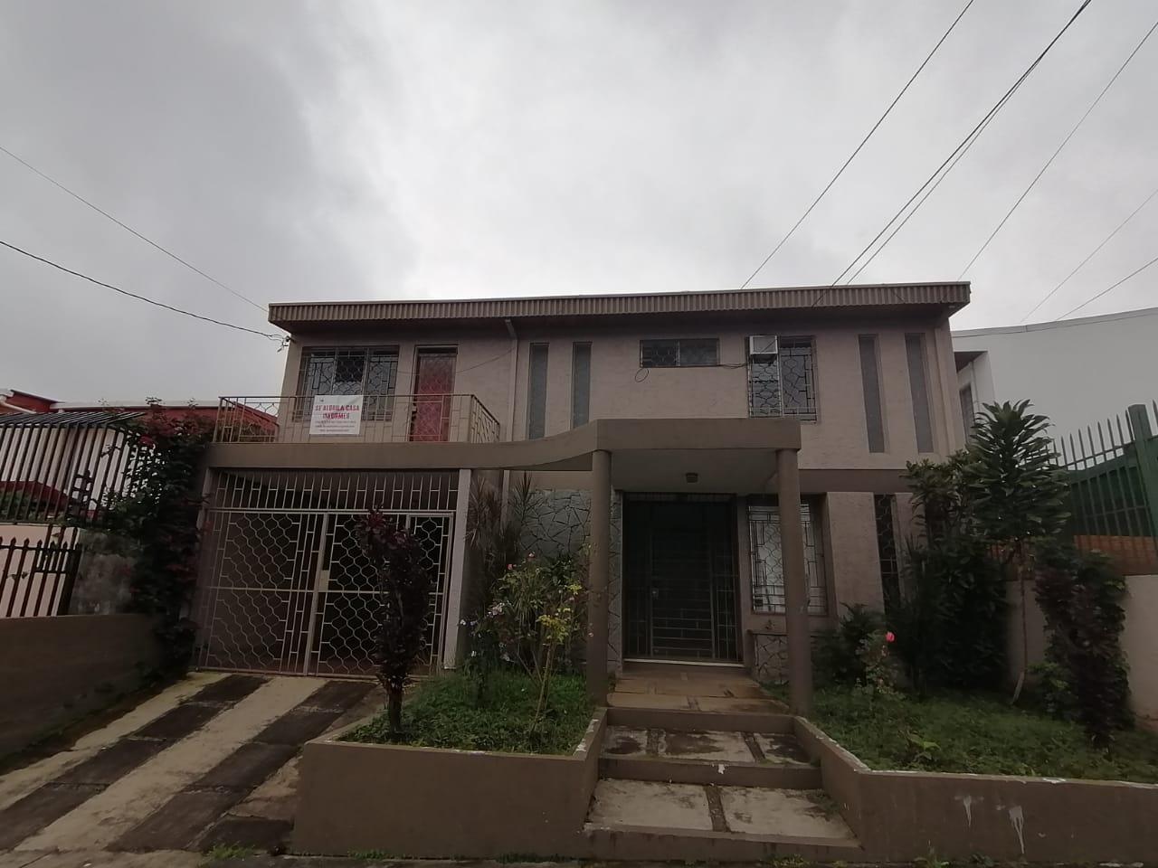 2518 Se Alquila Casa grande en Zapote. Oficinas / Residencial