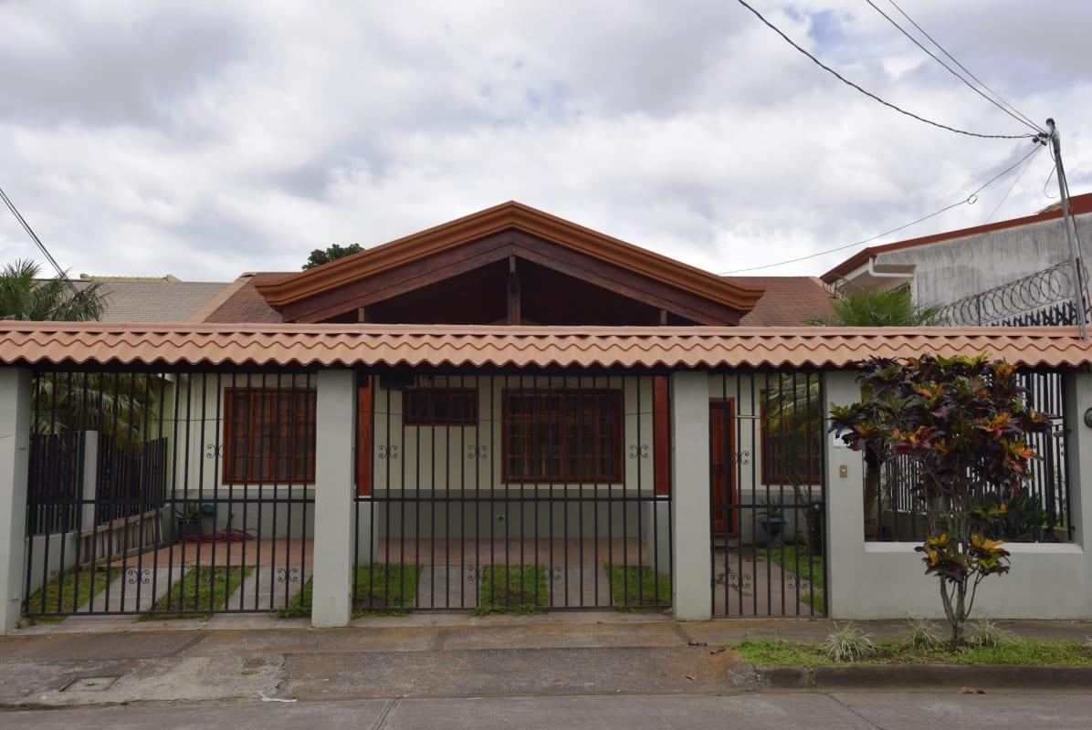 2589 Bellisima casa semi amueblado en santo domingo de Heredia.