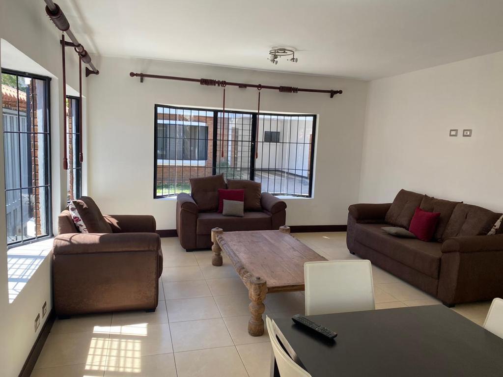 2556 Se alquila casa en Sabana 2 plantas en condominio