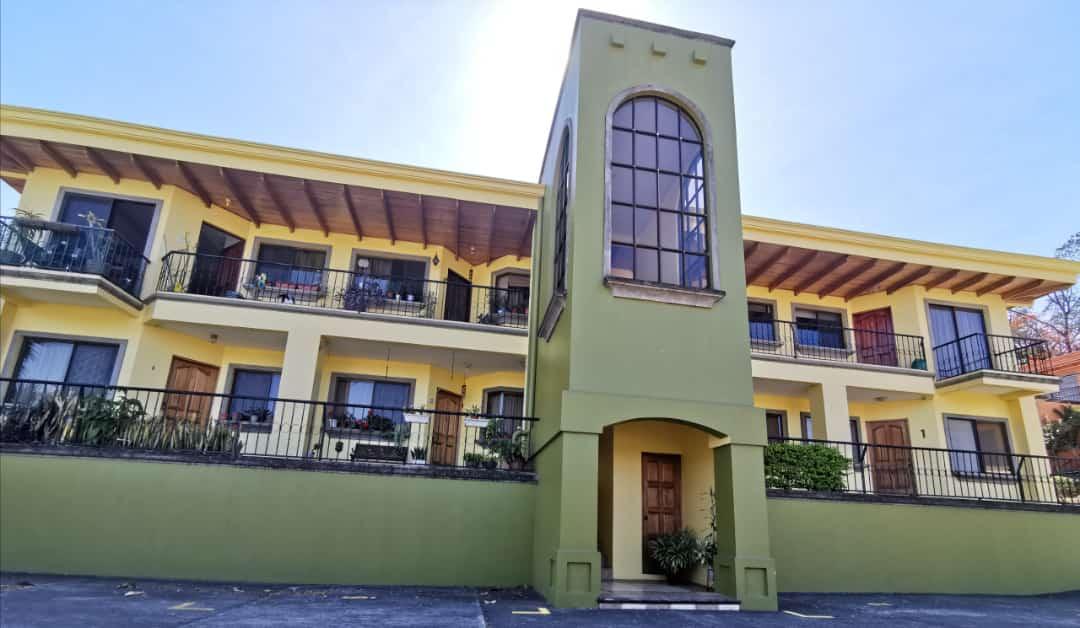 2613 Se vende en Rohrmoser apartamento con patio.