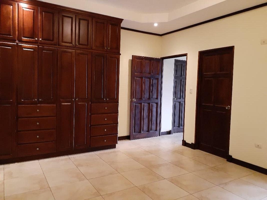 2636 Se alquila apartamento en San Pablo de Heredia.