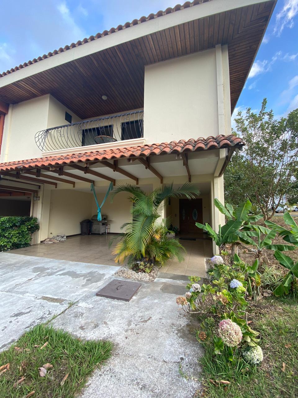 2674 Se alquila casa en residencial en Escazú Bello Horizonte.