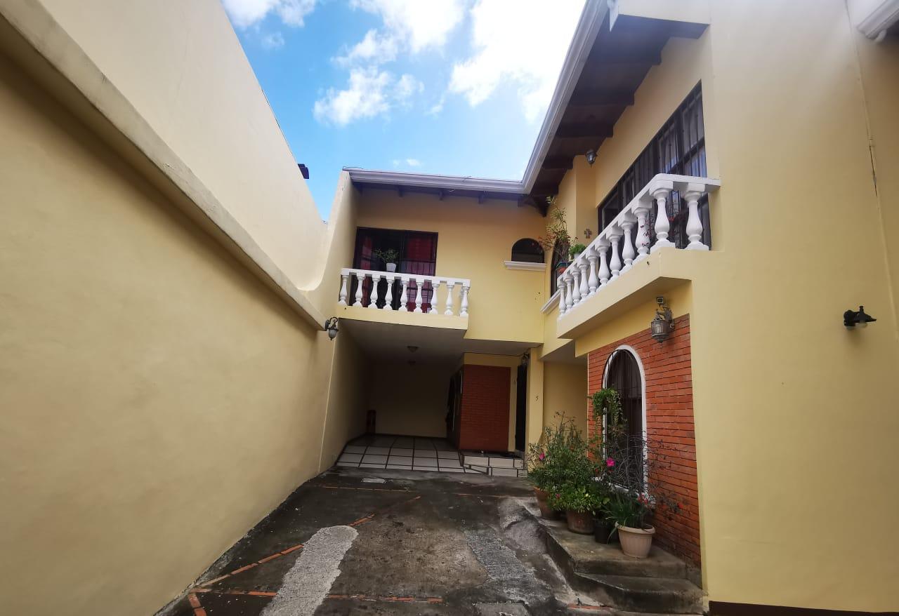 2773 Se Vende Casa  en Trejos Montealegre.