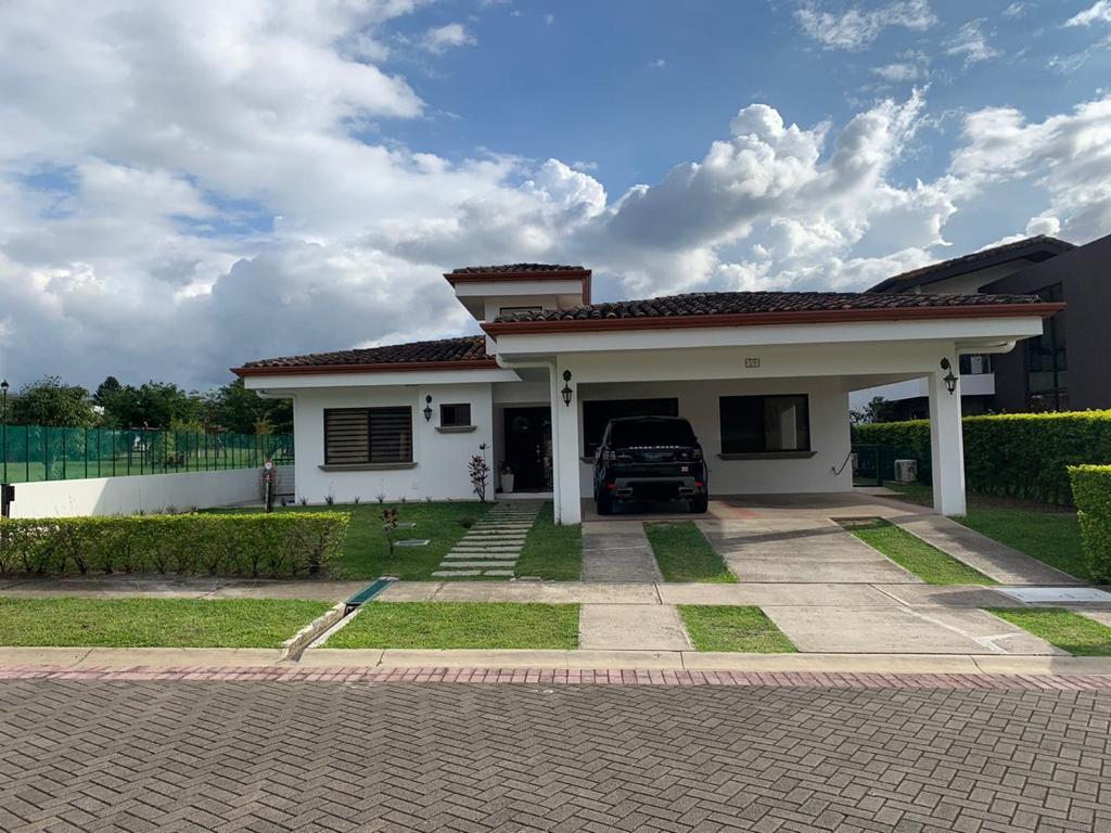2742 Se alquila casa en Hacienda los reyes La guacima