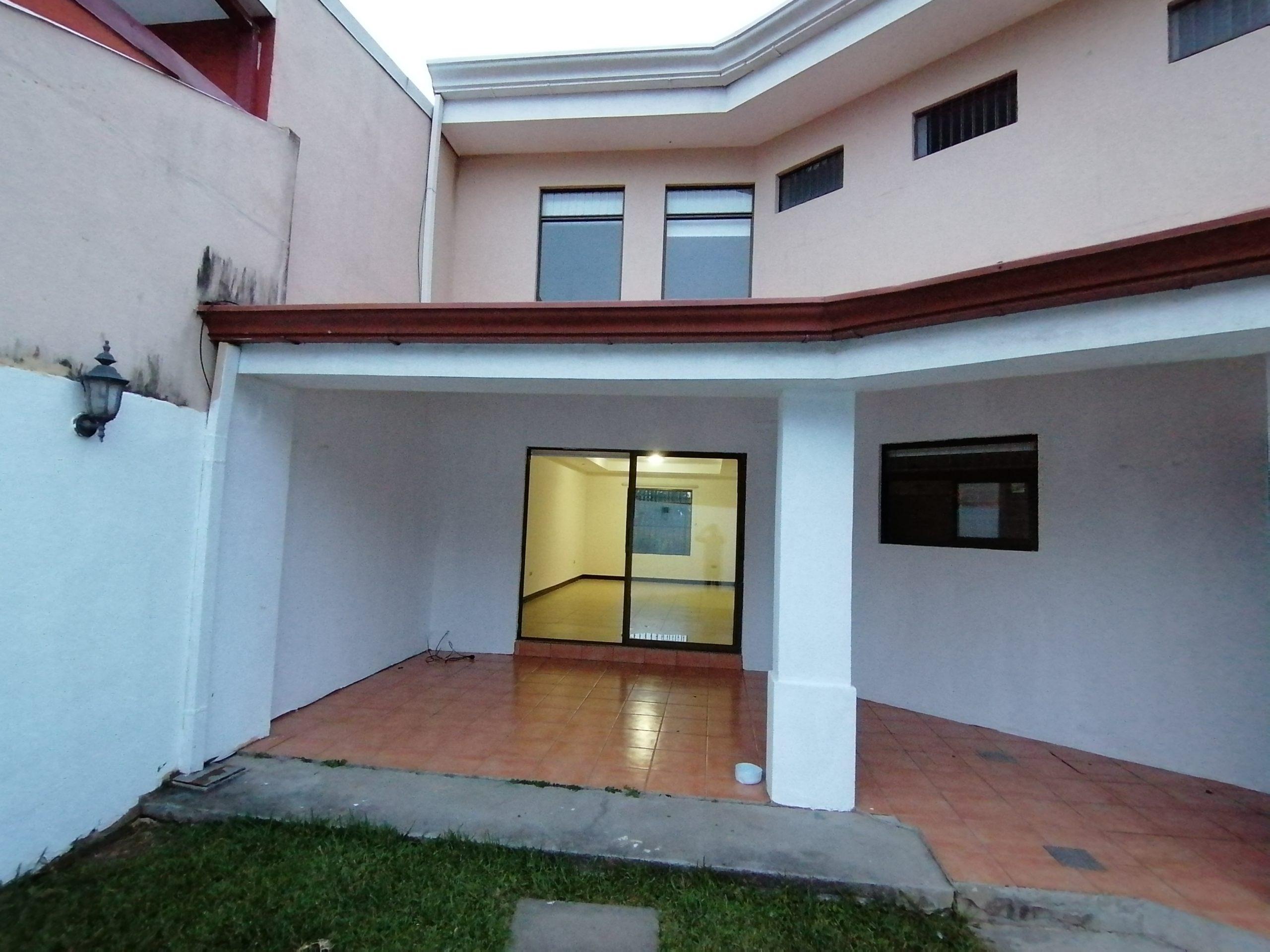 2766 Se Alquila casa independiente en Guachipelin dentro de residencial