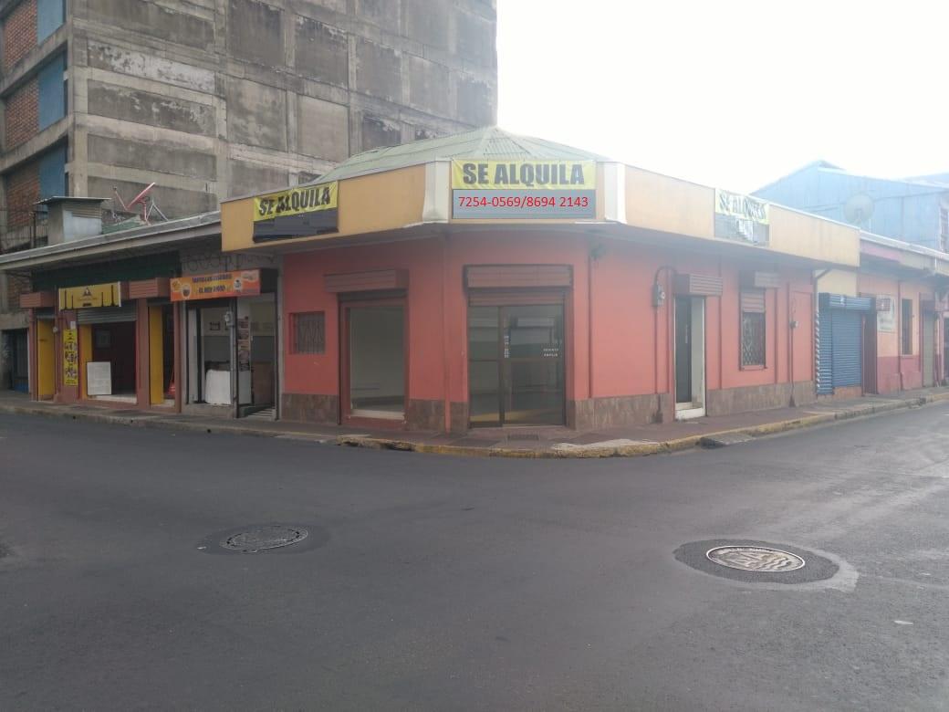 2735 Se alquila local esquinero en San José centro.