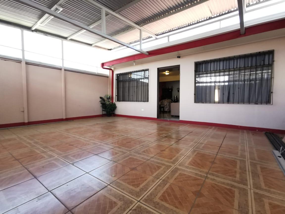 2751  Se vende casa de oportunidad una planta uso mixto en Belén.
