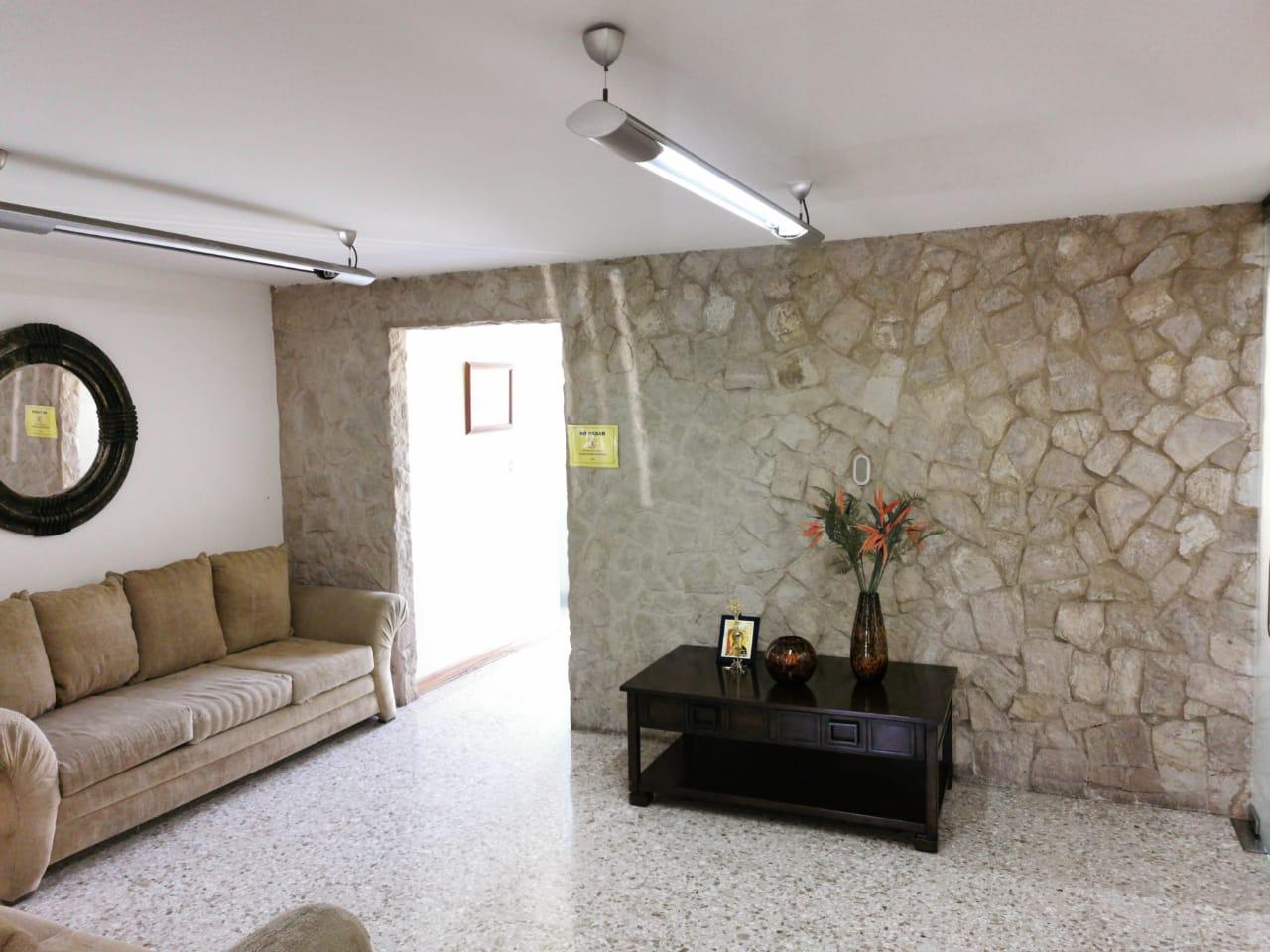 2818 Se alquila Linda casa en Sabana Sur.