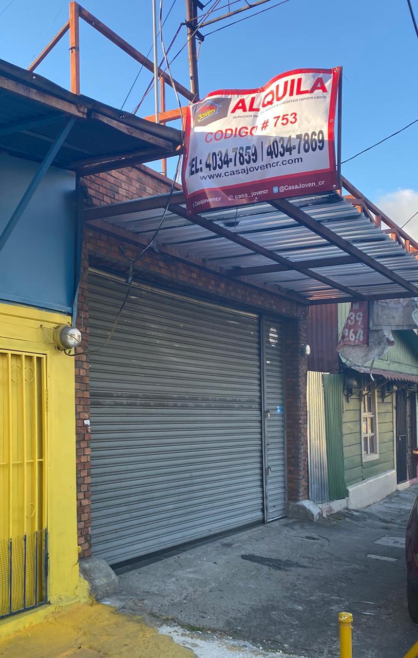 3032 Se vende edificio con local comercial a 150 metros de Centro Comercial Novacentro.
