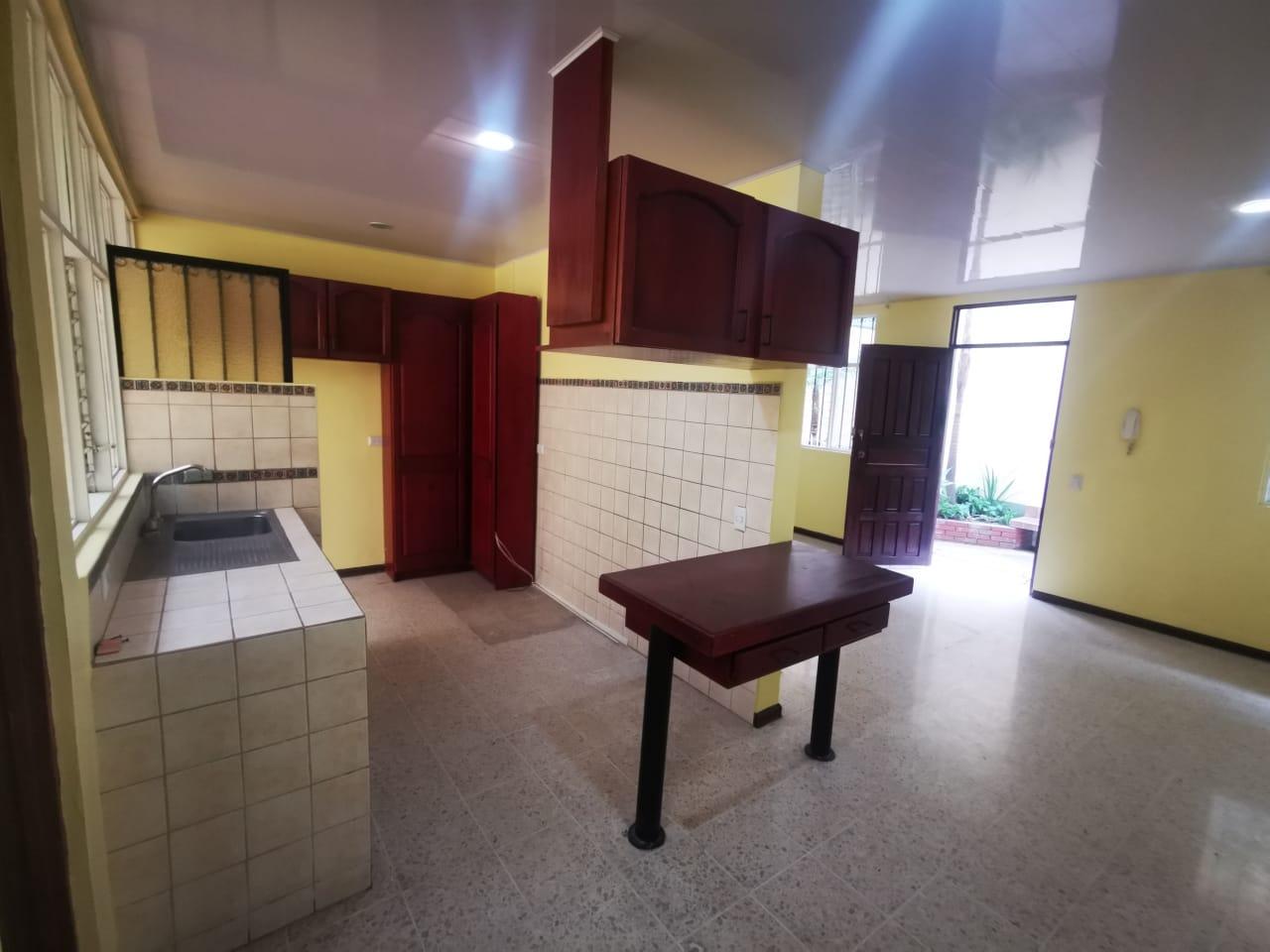 3026 Se alquila apartamento en Rohrmoser. Por el AID.