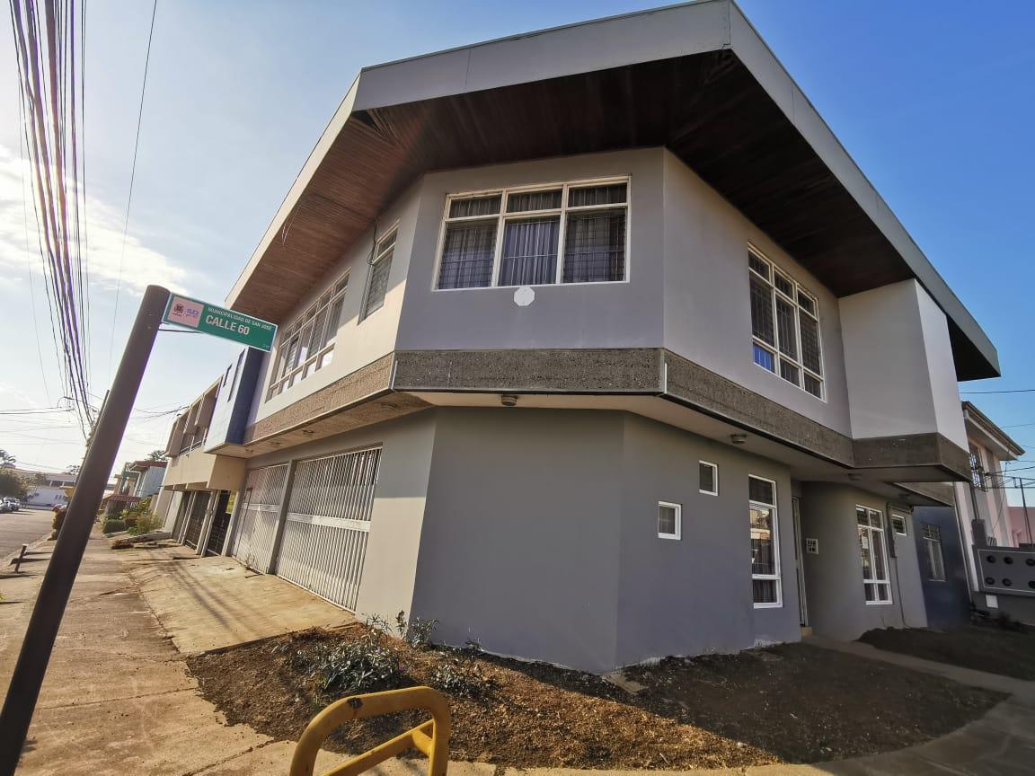 2998 Se vende Edificio con 4 Apartamentos en Sabana Sur