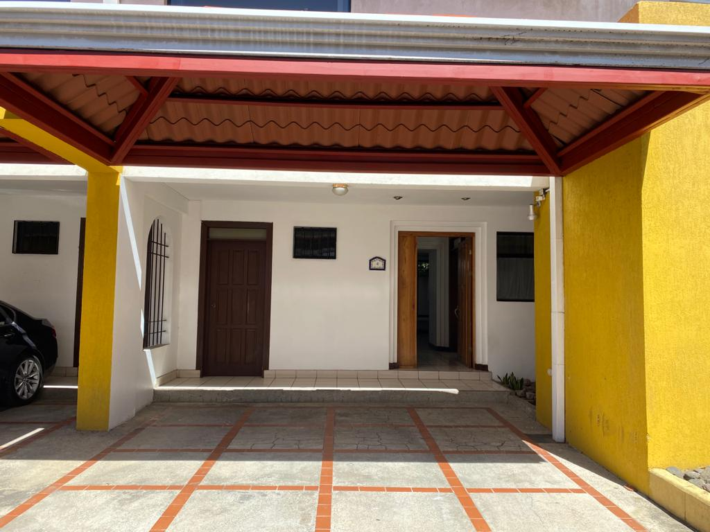 3088 Se alquila casa en la Uruca.