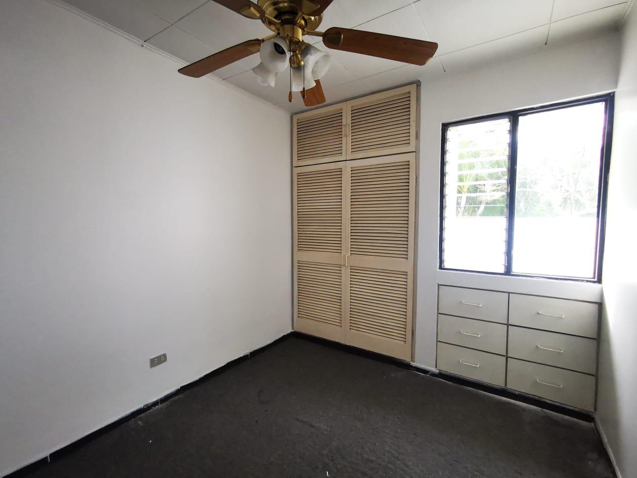 3212 Se alquila apartamento de 2 niveles en Rohrmoser.